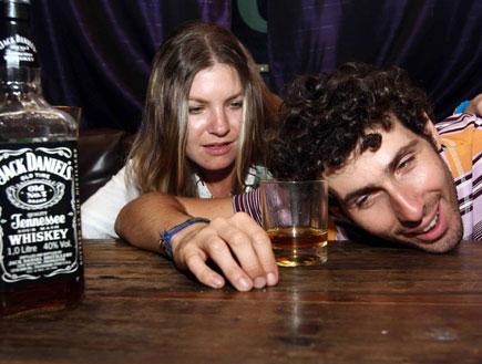 זוג שיכור בבר (צילום: עודד קרני)